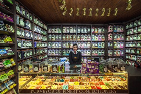 portraits-of-shopkeepers-around-the-world-by-vladimir-antaki-4