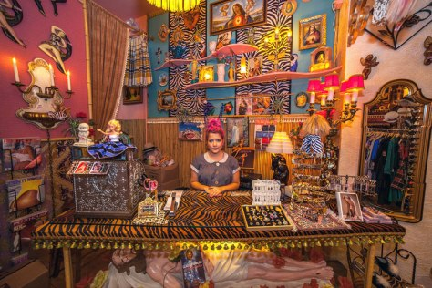 portraits-of-shopkeepers-around-the-world-by-vladimir-antaki-7